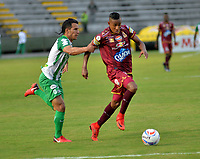IBAGUÉ- COLOMBIA, 04-02-2018: Sebastian Villa (Der.) jugador del Deportes Tolima  disputa el balón con el Atlético Nacional  durante el partido entre el Deportes Tolima  y Atlético Nacional   por la fecha 1 de la Liga Águila II 2018 jugado en el estadio Manuel Murillo Toro . / Sebastian Villa (R) player of Deportes Tolima vies for the ball with  Atletico Nacional  during match between Deportes Tolima  and Atletico Nacional   for the date 1 of the Aguila League I 2018 played at Manuel Murillo Toro stadium. Photo: VizzorImage/ Juan Carlos Escobar / Contribuidor