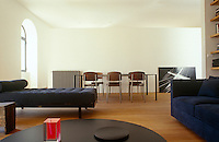 In the living space a long partition wall divides the living/dining area from the kitchen situated behind