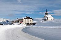 Italien, Suedtirol (Alto Adige), Jaufenhaus (Restaurant) und Kapelle am Jaufenpass (2.000 m)   Italy, Alto Adige (South Tyrol), restaurant Jaufenhaus and chapel at Passo Monte Giovo (2.000 m)