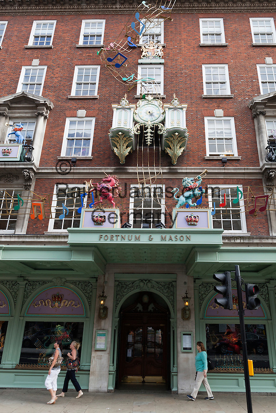 Great Britain, England, London: Fortnum and Mason department store along Piccadilly, established in 1707 by William Fortnum and Hugh Mason | Grossbritannien, England, London: Fortnum and Mason, bekanntes, luxurioeses Kaufhaus am Picadilly und Lebensmittelgeschaeft der Windsors
