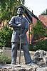 Der Steinbrecher mit Stemm- und Brecheisen zur Erinnerung an die Arbeiter in den Kalksteinbrüchen, Bronzefigur von dem Bildhauser Volker Schäfer aus Alzey
