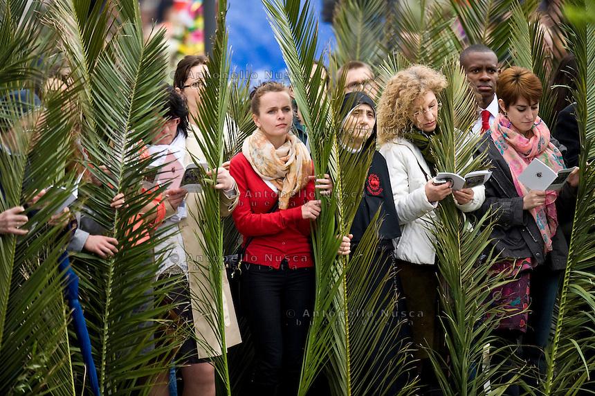 Città del Vaticano, 13 Aprile, 2014. Fedeli durante la messa della Domenica delle Palme. Faithful attend the Palm Sunday Mass at St. Peter's Square.