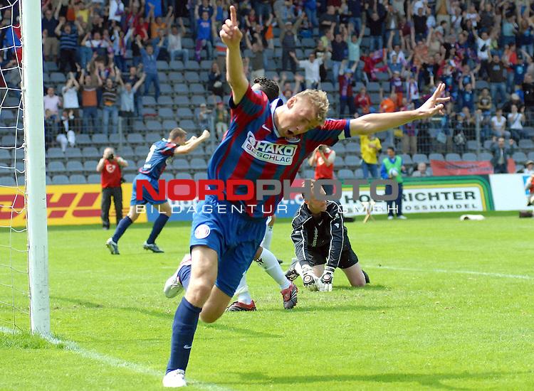RLN  06 / 07-  38.Spieltag - Rueckrunde<br /> <br /> Wuppertaler SV Borussia -  Kickers Emden<br /> <br /> <br /> <br /> Mike Rietpitsch vom Wuppertaler SV Borussia jubelt nach seinem Tor zum 1 : 0 gegen    Kickers Emden .<br /> <br /> <br /> <br /> Foto &copy; nordphoto