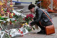 KIEV, UCRANIA, 14.11.2015 - TERRORISMO-FRANÇA - Ucranianos durante homenagens as vitimas dos ataques ocorridos ontem em Paris, ato em frente a embaixada francesa em Kiev na Ucrania, neste sábado, 14. (Foto: Nazar Furyk /Brazil Photo Press)