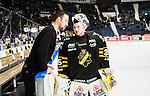 Stockholm 2014-12-01 Ishockey Hockeyallsvenskan AIK - S&ouml;dert&auml;lje SK :  <br /> AIK:s m&aring;lvakt Robin Rahm diskuterar med assisterande tr&auml;nare David Engblom i en periodpaus under matchen mellan AIK och S&ouml;dert&auml;lje SK <br /> (Foto: Kenta J&ouml;nsson) Nyckelord:  AIK Gnaget Hockeyallsvenskan Allsvenskan Hovet Johanneshov Isstadion S&ouml;dert&auml;lje SSK diskutera argumentera diskussion argumentation argument discuss tr&auml;nare manager coach