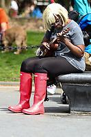 NEW YORK,EUA, 23.042017 - PRIMAVERA-NEW YORK - Populares são vistos aproveitando o inicio da primavera na Washington Square Park neste domingo,23. (Foto: Vanessa Carvalho/Brazil Photo Press)
