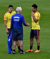 BOGOTA - COLOMBIA, 24–05-2018: José Pekerman (Cent.), entrenador de la Selección Colombia, dialoga con James Rodriguez (Izq.) y Radamel Falcao Garcia (Der.), durante entrenamiento en el Estadio Nemesio Camacho El Campín, en Bogotá. Colombia se prepara para la próxima la Copa Mundo FIFA 2018 Rusia. / José Pekerman (C), coach of the Colombian national Team, talks with James Rodriguez (L) and Radamel Falcao Garcia (R) players, during training at the Nemesio Camacho El Campin stadium, in Bogotá city. Colombia prepares for the next 2018 FIFA World Cup Russia. Photo: VizzorImage / Luis Ramirez /Staff.