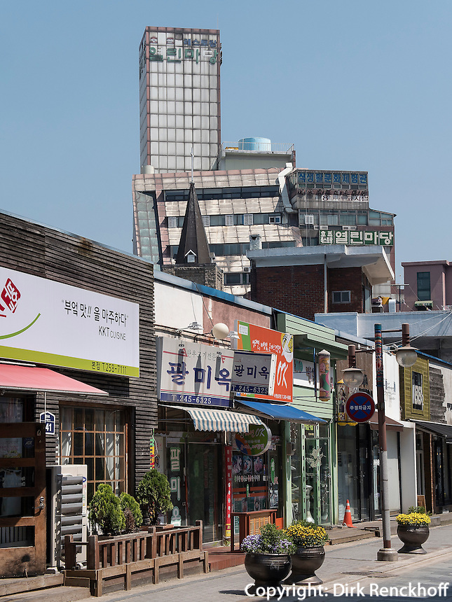 Stra&szlig;e beim S&uuml;dtor der Festung, Suwon, Provinz Gyeonggi-do, S&uuml;dkorea, Asien<br /> Street near Southgate of fortress, Suwon, Province Gyeonggi-do, South Korea Asia