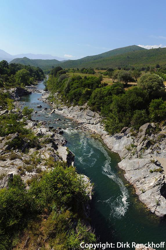 Baden im Tavignano bei der Genuesischen Brücke zwischen Corte und Aleria,  Korsika, Frankreich