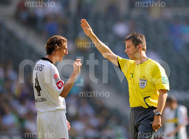 Fussball   1. Bundesliga   6. Spieltag    Saison 2009/2010 Borussia Moenchengladbach - TSG 1899 Hoffenheim   19.09.09 Roel BROUWERS (li, Gladbach) zeigt Schiedsrichter Michael STARK (re) wie knapp es war.