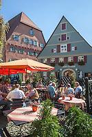 Germany, Bavaria, Middle Franconia, Dinkelsbuehl: beer garden in historic old town | Deutschland, Bayern, Mittelfranken, Dinkelsbuehl: Biergarten in der historischen Altstadt