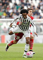 Calcio, Serie A: Juventus vs Carpi. Torino, Juventus Stadium, 1 maggio 2016.<br /> Juventus' Juan Cuadrado, left, is challenged by Carpi's Raphael Martinho during the Italian Serie A football match between Juventus and Carpi at Turin's Juventus Stadium, 1 May 2016.<br /> UPDATE IMAGES PRESS/Isabella Bonotto
