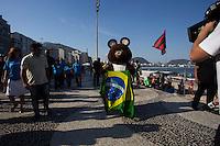 RIO DE JANEIRO, RJ, 21.11.2014 - MASCOTE OLÍMPICO MISHA VISITA A PRAIA DE COPACABANA - O urso Misha, mascote dos Jogos de Moscou (1980), visita a Praia de Copacabana, junto à estátua do poeta Carlos Drummond de Andrade, nesta sexta-feira, 21 (Foto: Gustavo Serebrenick / Brazil Photo Press)