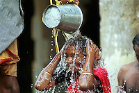 INDIA Tamil Nadu, Rameswaram, pilgrim take a holy shower in bucket water of 22 holy wells in the Ramanathaswamy temple / INDIEN Tamil Nadu, Rameswaram, Pilger empfangen Eimerdusche aus einem der 22 heiligen Brunnen im Ramanathaswamy Tempel