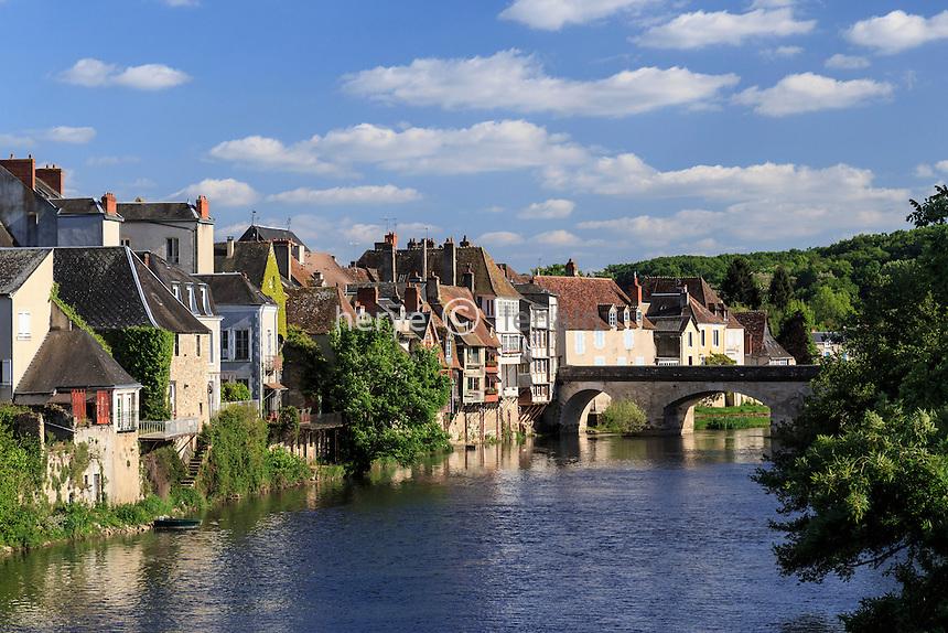 France, Indre (36), Argenton-sur-Creuse, les maisons en bord de Creuse,, le Vieux pont // France, Indre, Argenton sur Creuse, houses along Creuse, the Vieux Pont