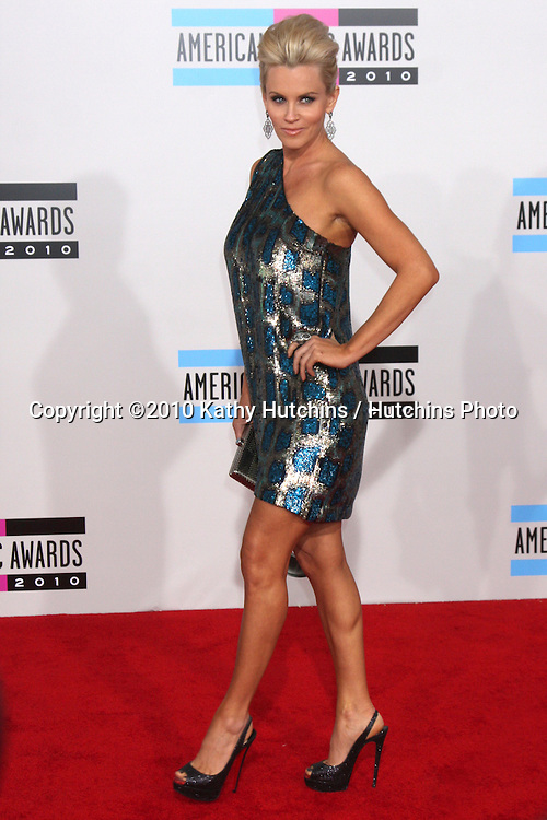 LOS ANGELES - NOV 21:  Jenny McCarthy arrives at the 2010 American Music Awards at Nokia Theater on November 21, 2010 in Los Angeles, CA