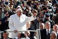 Papa Francesco saluta i fedeli appartenenti ai gruppi di preghiera di San Pio, durante un'udienza in Piazza San Pietro, Citta' del Vaticano, 6 febbraio 2016.<br /> Pope Francis waves as he arrives for an audience to Saint Pio of Pietrelcina's faithful in St Peter's Square at the Vatican, 6 February 2016.<br /> UPDATE IMAGES PRESS/Riccardo De Luca<br /> <br /> STRICTLY ONLY FOR EDITORIAL USE