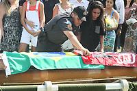 RIO DE JANEIRO, RJ, 17.03.2017 - SEPULTAMENTO-RJ - Enterro do PM Renato César Jorge 47 anos que foi baleado e morto depois de uma tentativo de assalto em frente a UERJ no Maracanã na zona norte do Rio de Janeiro no Cemitério Jardim da Saudade-Sulacap nesta sexta-feira, 17. (Foto: Celso Barbosa/Brazil Photo Press)