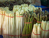 Germany, Bavaria, Lower Franconia, Schweinfurt: farmer's market  on market square - white and green asparagus | Deutschland, Bayern, Unterfranken, Schweinfurt: Wochenmarkt auf dem Marktplatz, weisser und gruener Spargel