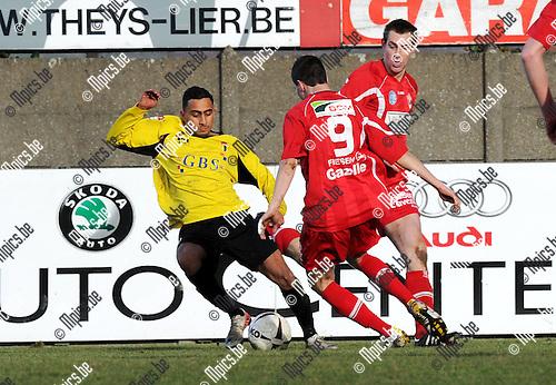 2012-02-19 / Voetbal / seizoen 2011-2012 / Lyra - Berchem Sport / Brahim Boujouh (L, Berchem) met Huysmans (9)..Foto: Mpics.be