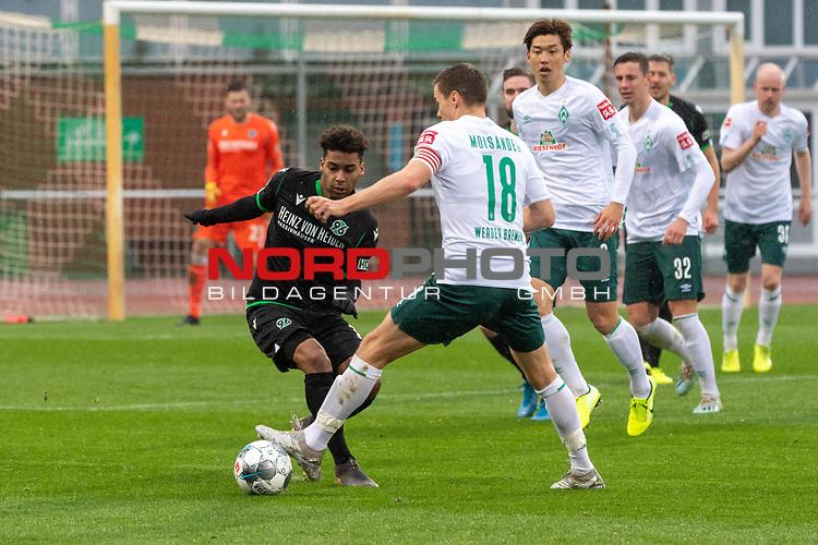 12.01.2020, Platz 11 am wohninvest Weserstadion, Bremen, GER, FSP SV WERDER BREMEN (GER)  vs Hannover 96<br /> <br /> im Bild / picture shows <br /> Linton Maina (Hannover 96 #11)<br /> Niklas Moisander (Werder Bremen #18 Kapitaen)<br /> Yuya Osako (Werder Bremen #08)<br /> <br /> <br /> Foto © nordphoto / Kokenge