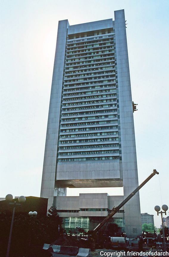 Boston:  Federal Reserve Bank  (Boston Fed) , 1976.  Hugh Stubbins & Assoc. Cantilevered high-rise, 32 stories. Suspended between two towers on each side.  600 Atlantic Ave.  Photo '88.