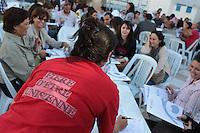 """23 ottobre 2011 Tunisi, elezioni libere per l'Assemblea Costituente, le prime della Primavera araba: volontari al breefing degli Osservatori Nazionali il giorno prima del voto. Una donna di spalle indossa una maglietta che dice """"fiera di essere tunisina"""". <br /> premieres elections libres en Tunisie octobre <br /> tunisian elections"""