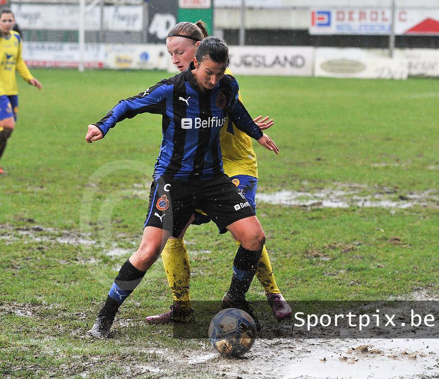 Club Brugge - STVV : Evy De Smedt schermt de bal af voor Silke Leynen.foto Joke Vuylsteke / Vrouwenteam.be