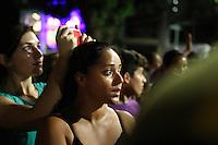 BELÉM, PA, 11.10.2014 - TRASLADAÇÃO / CÍRIO 2014 / BELÉM  - Fies se emocionam durante a passagem da imagem de Nossa Senhora de Nazaré durante a trasladação na noite deste sábado (11), em Belém. O  traslado da Imagem é realizada na noite do sábado que antecede o Círio de Nazaré. tem o  seu percurso do Colégio Gentil Bittencourt até Igreja da Sé,onde os fiéis se dirigem em procissão. A trasladação faz o sentido inverso ao do Círio. (Foto: Paulo Lisboa / Brazil Photo Press)