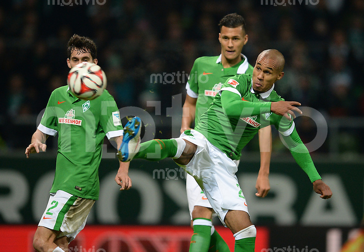 FUSSBALL   1. BUNDESLIGA   SAISON 2014/2015   15. SPIELTAG SV Werder Bremen - Hannover 96                         13.12.2014 Theodor Gebre Selassie (SV Werder Bremen) am Ball