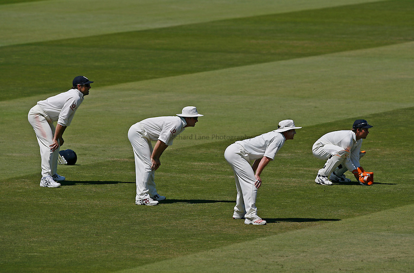 Photo: Glyn Thomas..England v Pakistan. npower Test Match Series. 17/07/2006..England's wicketkeeper Geraint Jones (R) and the slip fielders go down in anticipation of a catch.