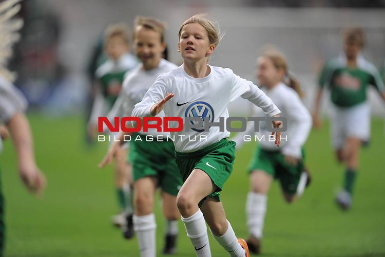 FBL 09/10  09. Spieltag Hinrunde / Weser Stadion<br /> Werder Bremen - 1899 Hoffenheim 2:0<br /> <br /> Einlaufkinder nach dem Einlaufen - verlassen wieder das Spielfeld<br /> <br /> <br /> Foto &copy; nph ( nordphoto )