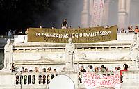 Manifestanti dei movimenti no global espongono striscioni sul Pincio durante la manifestazione per la liberta' di informazione, in Piazza del Popolo, Roma, 3 ottobre 2009..Demonstration for media freedom in Rome's Piazza del Popolo, 3 october 2009..UPDATE IMAGES PRESS/Riccardo De Luca