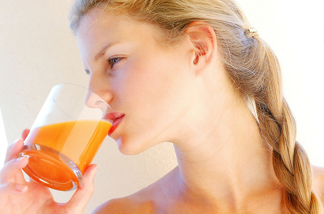 Beaute, femme blonde buvant un jus de fruit *** Blonde drinking fruit juice, Female Beauty
