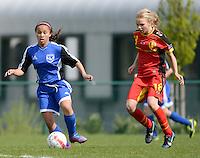 U 15 Belgian Red Flames - Virginia USA :<br /> <br /> Duel tussen Sarah Wijnants (R) en een speelster van Virginia USA (L)<br /> <br /> foto Dirk Vuylsteke / Nikonpro.be