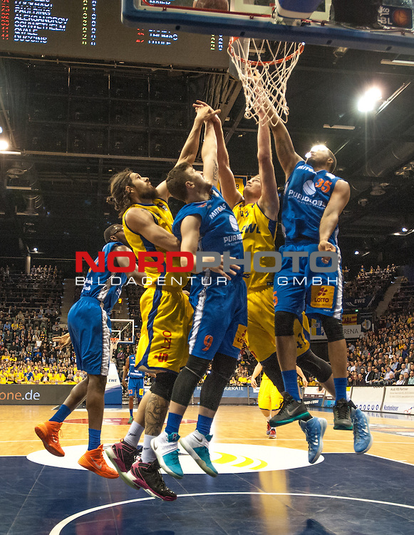05.02.2016, EWE Arena, Oldenburg, GER, BBL, EWE Baskets Oldenburg vs Mitteldeutscher BC, im Bild<br /> <br />  Dominique Johnson , TaShawn Thomas( Mitteldeutscher BC # 9,# 35  )<br /> Nemaja Aleksandrov Brain Qvale (EWE Baskets Oldenburg # 32, # 41)<br /> Foto &copy; nordphoto / Rojahn