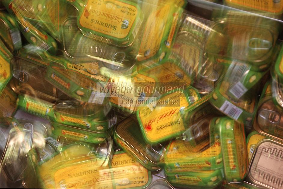Europe/France/Bretagne/29/Finistère/Plovezet: Conserverie de Sardines Capitaine Cook / Sardines Label Rouge-Sortie des boites en bout de chaine