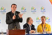 RIO DE JANEIRO, RJ, 13 AGOSTO 2012 - COLETIVA DE APRESENTACAO DA BANDEIRA OLIMPICA -  Prefeito Eduardo Paes, Carlos Arthus Nuzman, Presidente do COB e o Medalhista olimpico Robert Scheidt na coletiva de imprensa para apresentacao da bandeira olimpica que chegou ao rio de Janeiro nesta tarde de segunda, 13 de agosto, no aeroporto internacional, Galeao, na ilha do governador, zona norte do rio.(FOTO:MARCELO FONSECA / BRAZIL PHOTO PRESS).