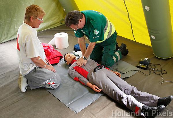 Veiligheidsdag in Bussum  met een demonstratie van het Rode Kruis. Hartmassage