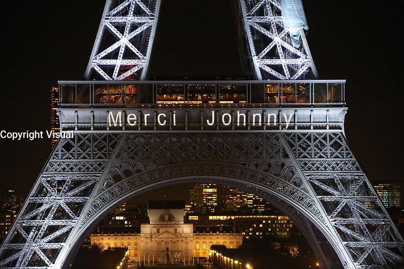 """LA TOUR EIFFEL S'ILLUMINE DU MESSAGE """"MERCI JOHNNY"""" EN HOMMAGE AU CHANTEUR JOHNNY HALLYDAY, PARIS, FRANCE, LE 08/12/2017."""