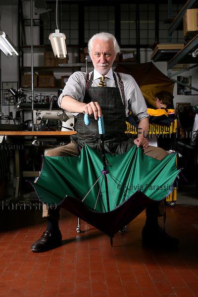 Milano 17 Aprile 2008.Francesco Maglia l'ombrellaio nel suo laboratorio, The umbrella maker Francesco Maglia in his workshop
