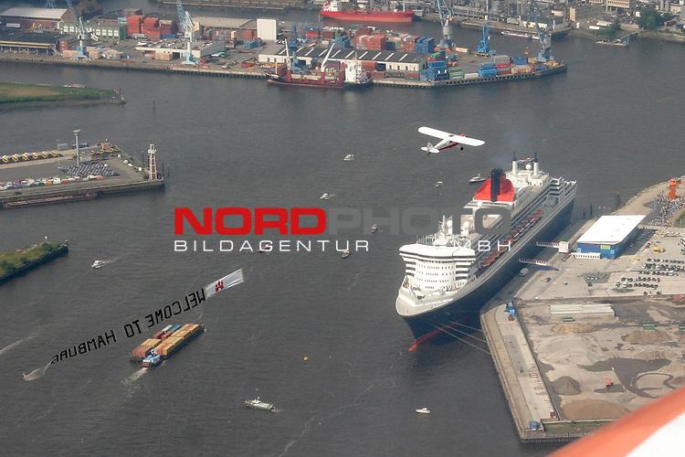 Der Luxusliner QUEEN MARY II am Grasbrookkai, Kreuzfahrt-Center,  auf der Elbe im Hamburger Hafen; im Hintergrund der Hansa-Hafen. Ueber der QM2 ein Flugzeug mit dem Banner WELCOME TO HAMBURG.<br /> <br /> <br /> Foto &copy; nordphoto / Volker Sarbach<br />  *** Local Caption *** Foto ist honorarpflichtig! zzgl. gesetzl. MwSt.<br />  Belegexemplar erforderlich<br /> Adresse: nordphoto<br /> Georg-Reinke-Strasse 1<br /> 49377 Vechta