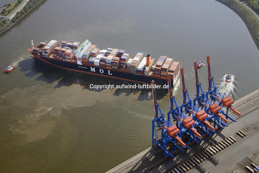 Containerschiff MOL Quartz und Schlepper: EUROPA, DEUTSCHLAND, HAMBURG, (EUROPE, GERMANY), 28.09.2014 Containerschiff MOL Quartz und Schlepper im Koehlbrand, zur Entladung muss der Containerriese gewendet werden.