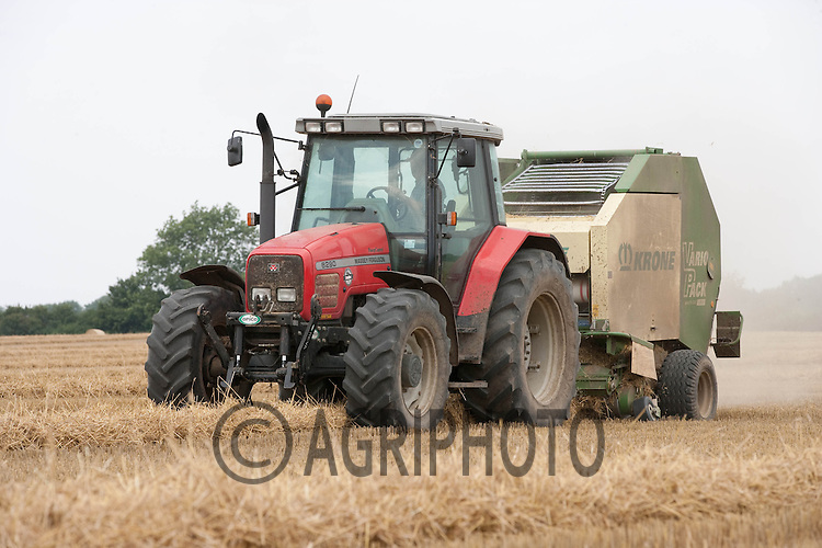 Baling Wheat Straw in Lincolnshire.Picture by Tim Scrivener date taken 11th August 2012.mobile 07850 303986 e-mail tim@agriphoto.com.....covering agriculture in The United Kingdom....