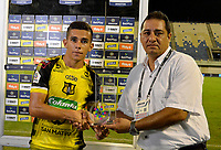BARRANCABERMEJA-COLOMBIA, 14-02-2020: Jair Castillo de La Equidad recibe el premio como jugador destacado al final de partido Alianza Petrolera y La Equidad, de la fecha 5 por la Liga BetPlay DIMAYOR I 2020 en el estadio Daniel Villa Zapata en la ciudad de Barrancabermeja. / Jair Castillo of Alianza La Equidad receives the award as a prominent player at the end of a match between Alianza Petrolera and La Equidad, of the 5th date for the BetPlay DIMAYOR Leguaje I 2020 at the Daniel Villa Zapata stadium in Barrancabermeja city. Photo: VizzorImage  / José D. Martínez / Cont.