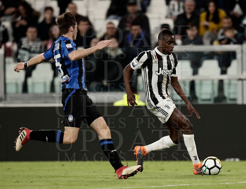 Calcio, Serie A: Juventus - Atalanta, Torino, Allianz Stadium, 14 marzo 2018. <br /> Juventus' Blaise Matuidi (r) in action with Atalanta's Marten De Roon (l) during the Italian Serie A football match between Juventus and Atalanta at Torino's Allianz stadium, March 14, 2018.<br /> UPDATE IMAGES PRESS/Isabella Bonotto