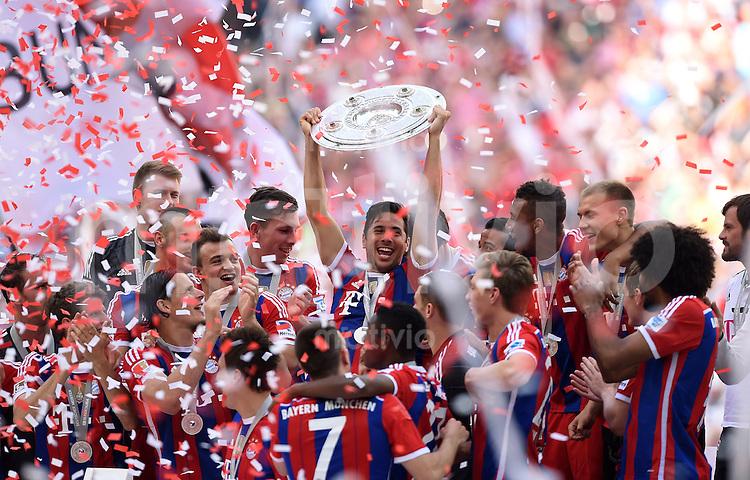 FUSSBALL   1. BUNDESLIGA   SAISON 2013/2014  34. SPIELTAG FC Bayern Muenchen - VfB Stuttgart             10.05.2014 Der FC Bayern bejubelt die 24. Deutsche Meisterschaft: Claudio Pizarro (Mitte) praesentiert die Schale