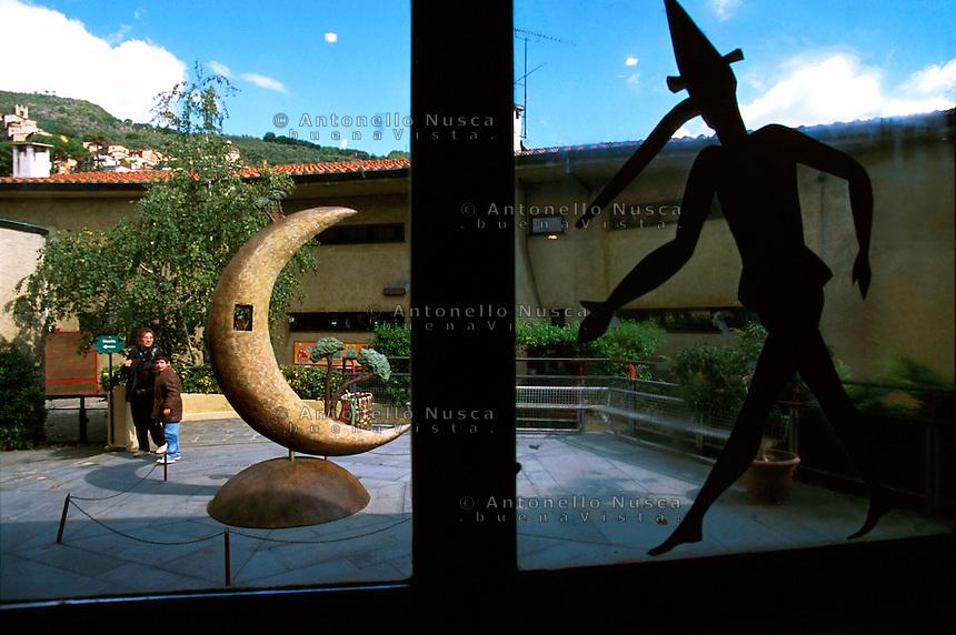 Un disegno di Pinocchio in una finestra nel parco giochi di Collodi.