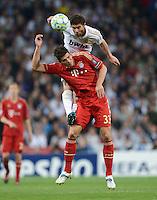 FUSSBALL   CHAMPIONS LEAGUE SAISON 2011/2012  HALBFINALE  RUECKSPIEL      Real Madrid - FC Bayern Muenchen           25.04.2012 Xabi Alonso (Real Madrid) im Zweikampf mit Mario Gomez (FC Bayern Muenchen) obenauf
