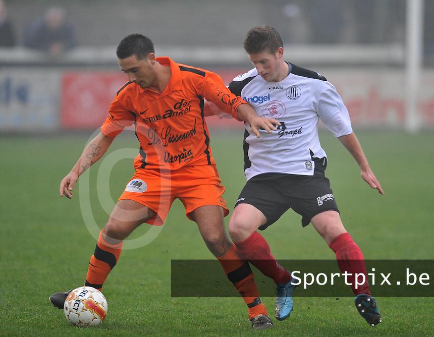 Club Roeselare - Sassport Boezinge : David Delameilleure aan de bal voor Jordan Desmet.foto VDB / BART VANDENBROUCKE